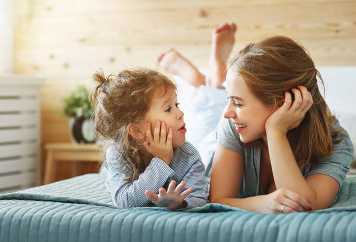 Мама разговаривает с 7-летней дочкой