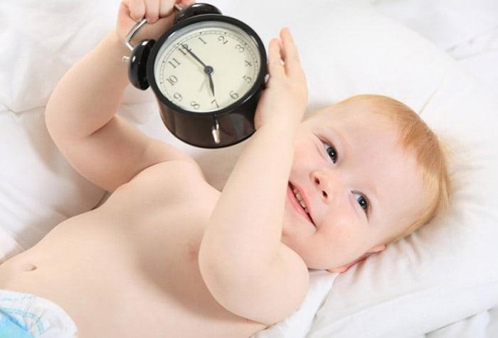 Младенец с будильником