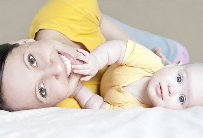 Мама с малышом на кровати