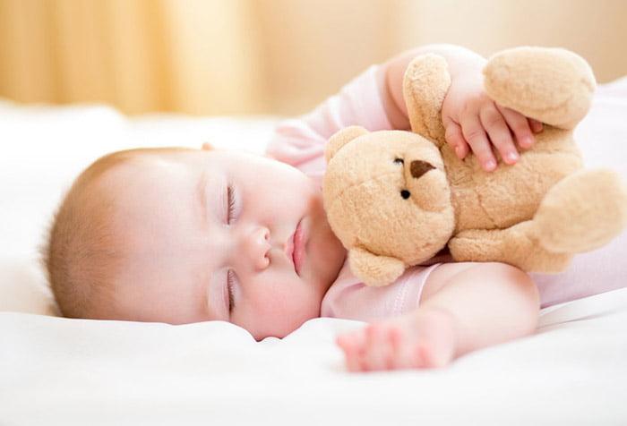 Спящий малыш с медвежонком