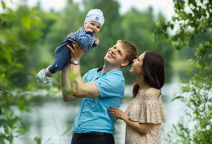 Семья с малышом на прогулке