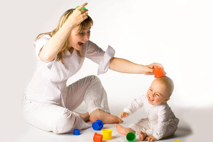 Мама играет с малышом