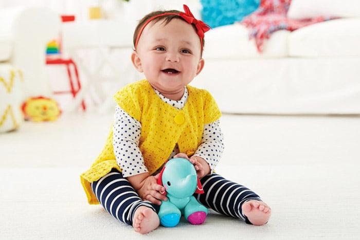 Малышка с мягкой игрушкой