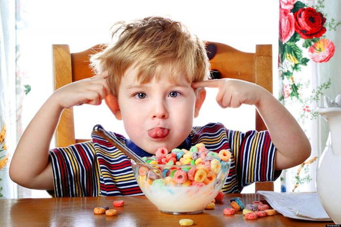 Ребенок балуется за завтраком