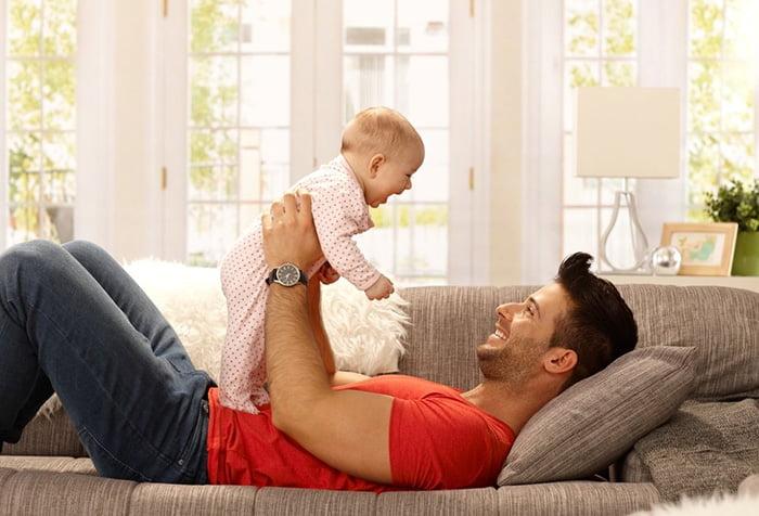 Папа играет с пятимесячным малышом