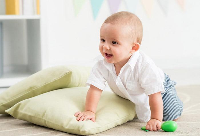 Малыш ползает по дому