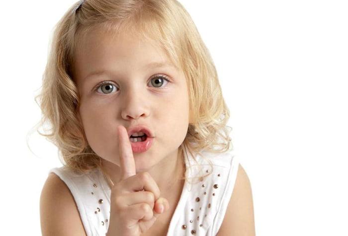 Девочка вытянула губы трубочкой