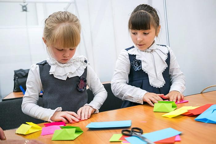 Девочки осваивают оригами
