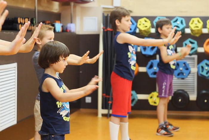 Дети выполняют упражнение на координацию
