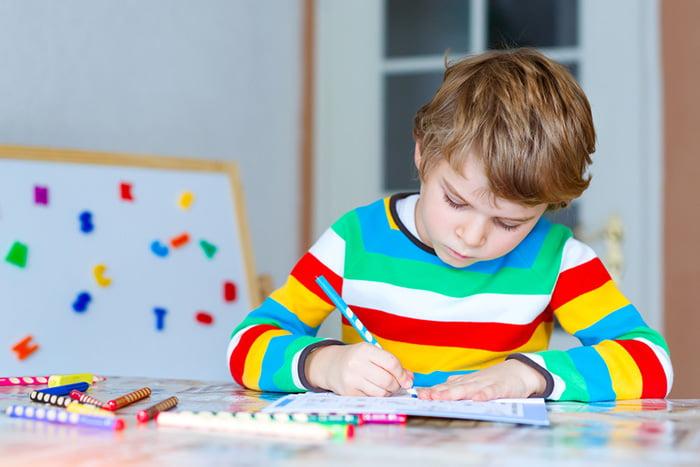 Ребенок рисует за столом