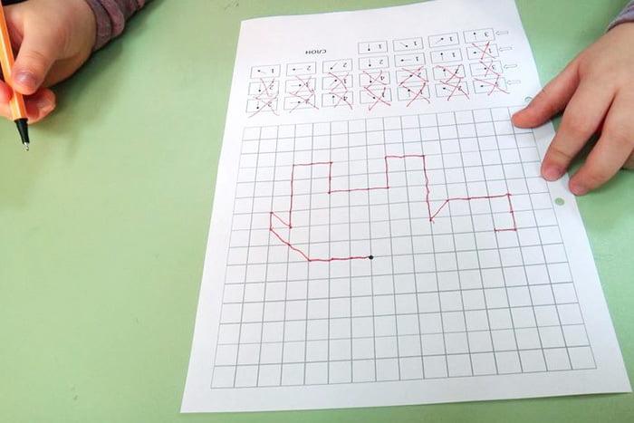 Ребенок выполняет графический диктант