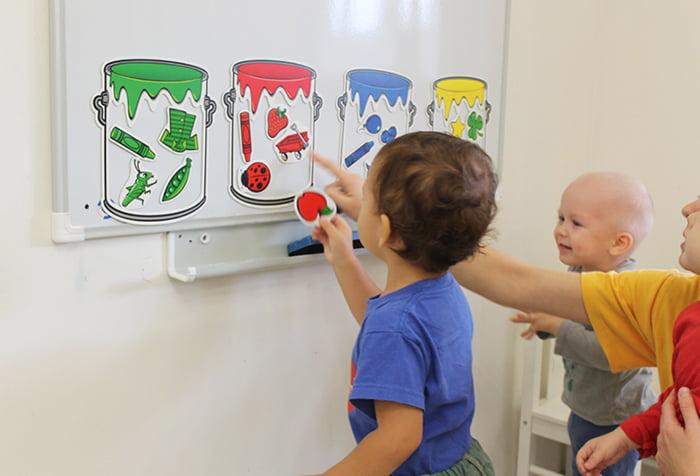 Дети играют в сортер