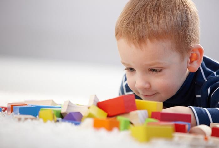 Ребенок с цветными деталями конструктора