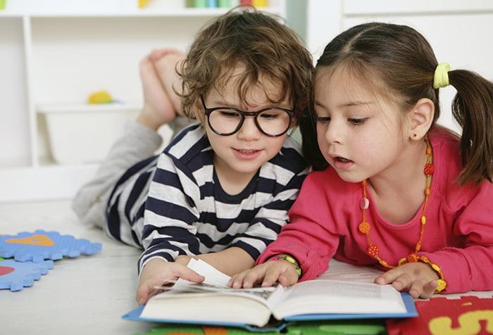 Дети изучают книжку