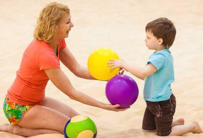 Мама с ребенком играет в мячики
