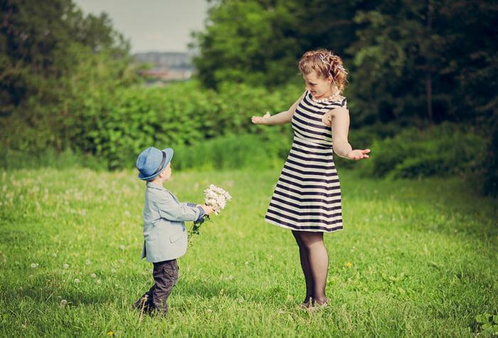Мама играет с ребенком на свежем воздухе