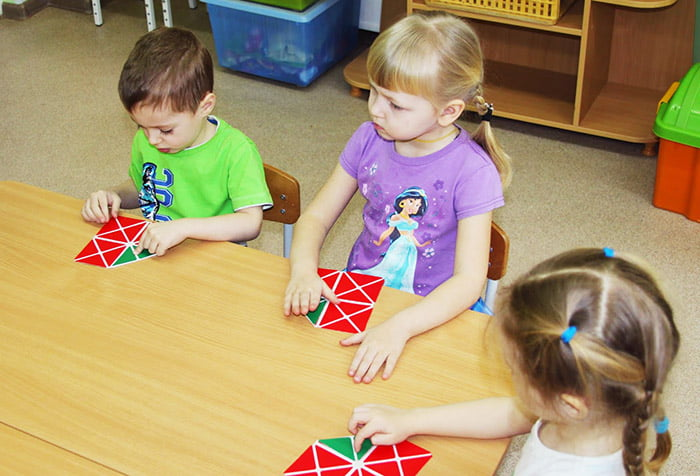 Дети играют с квадратами Воскобовича