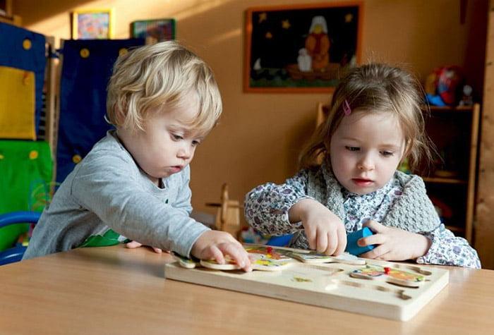 Дети с развивающей игрой