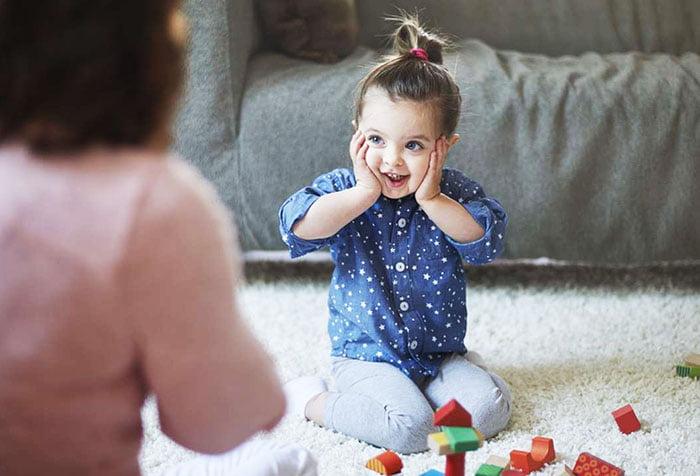 Девочка играет с мамой