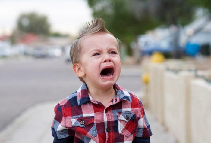 Ребенок плачет на улице