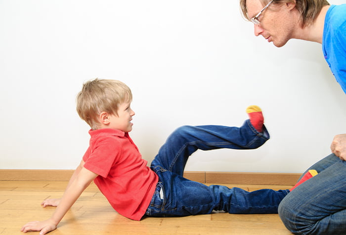 Мальчик не слушается отца