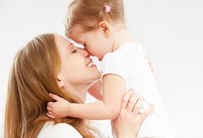 Маленькая девочка обнимает маму