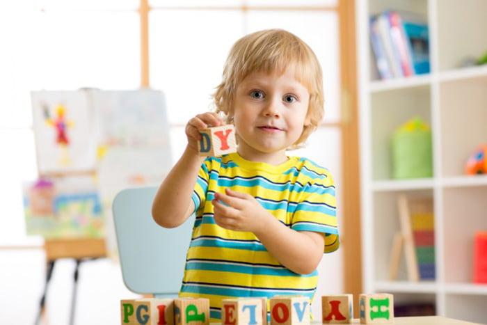 Ребенок изучает английский алфавит