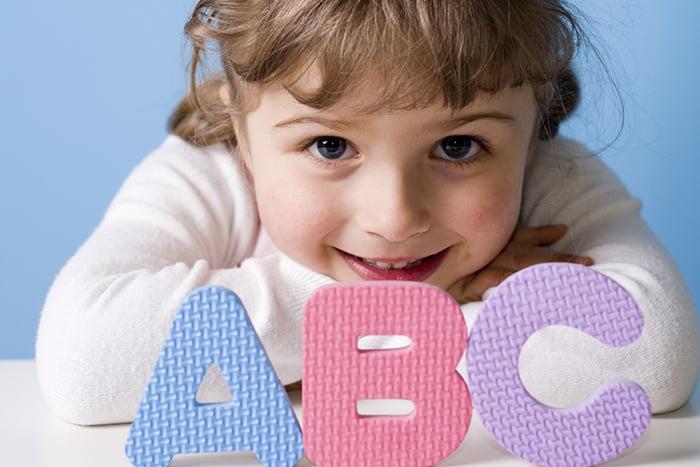 Девочка с буквами A B C
