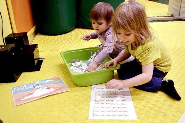 Дети изучают английский в игровой форме