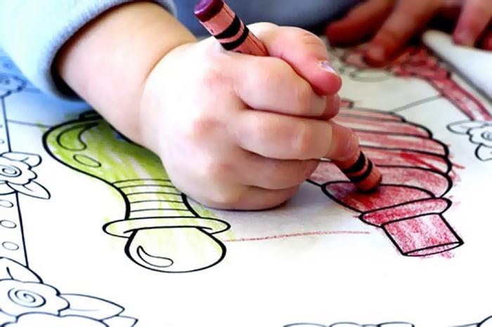 Ребенок раскрашивает картинки