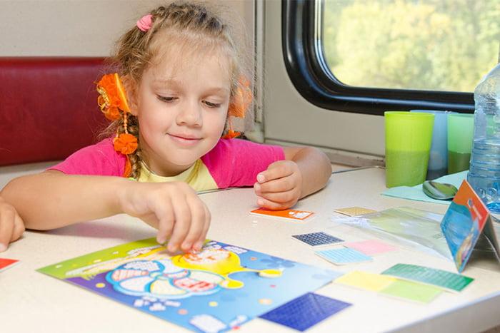 Девочка играет в поезде