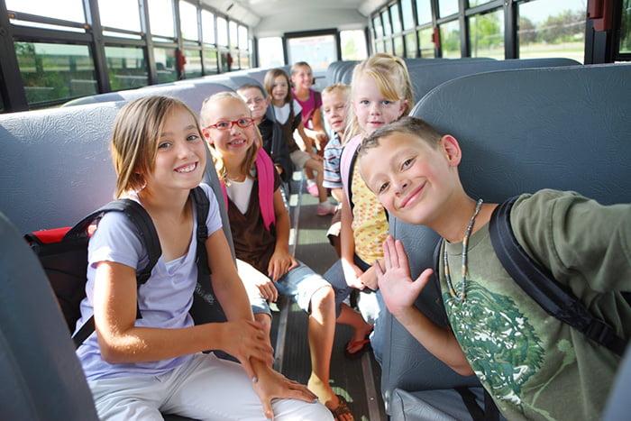 Дети едут в авобусе