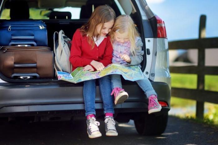 Девочки в машине рассматривают карту