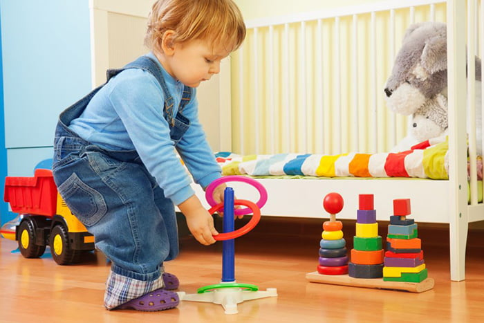 Ребенок играет с кольцебросом