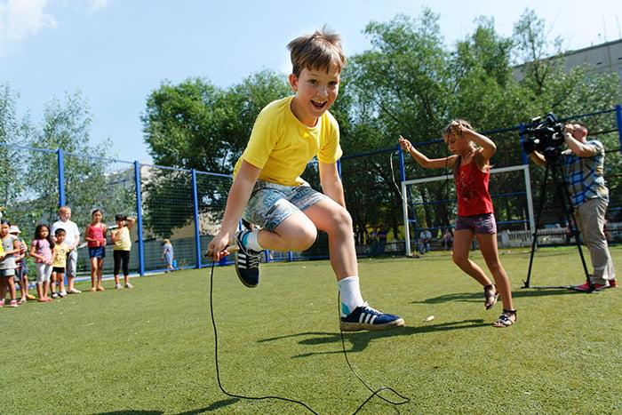 Мальчик прыгает через скакалку