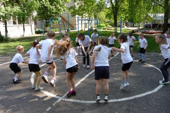 Дети играют со скакалкой