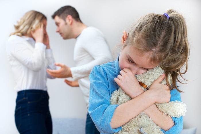 Девочка плачет из-за ссоры родителей