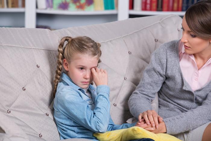Девочка плачет рядом с мамой