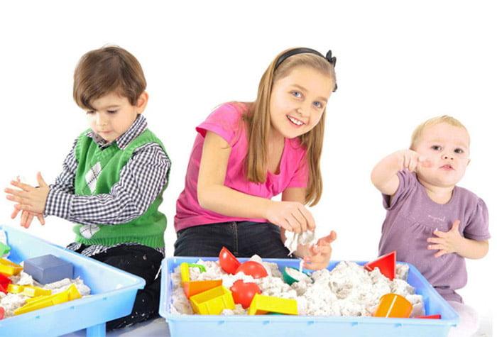 Дети играют с домашней песочнице