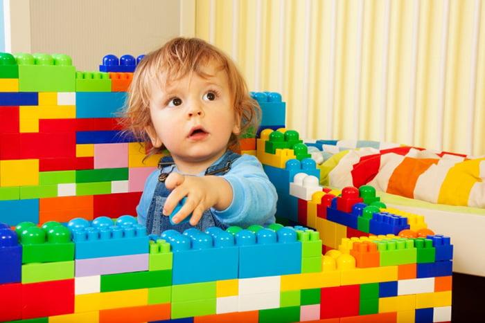 Ребенок строит стены из конструктора