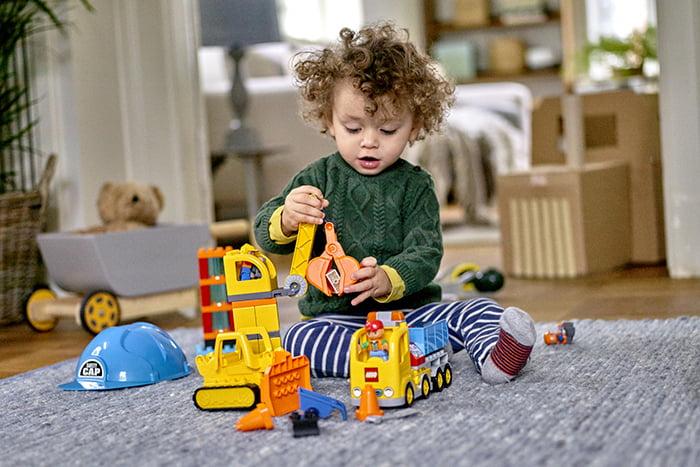 Ребенок играет с конструктором