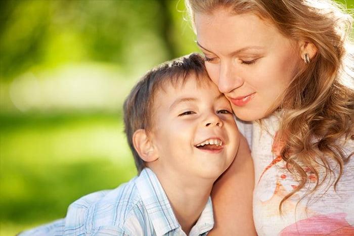 Пятилетний ребенок прижимается к маме
