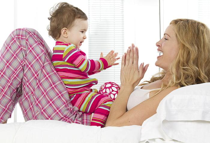 Мама играет с малышом в ладушки