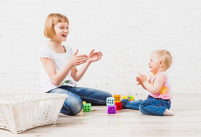 Малыш с мамой играет в ладушки