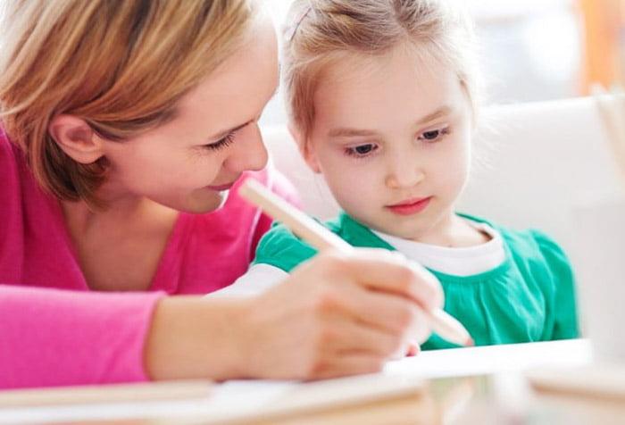Мама учит дочку писать
