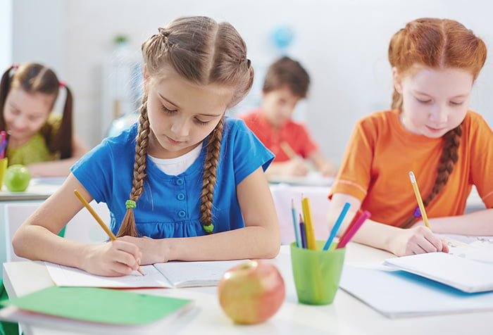 Дети пишут в тетрадях