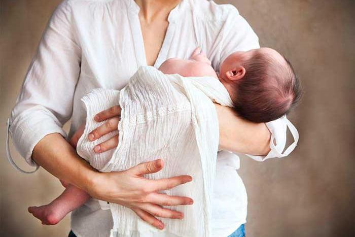 Младенец на руках у мамы