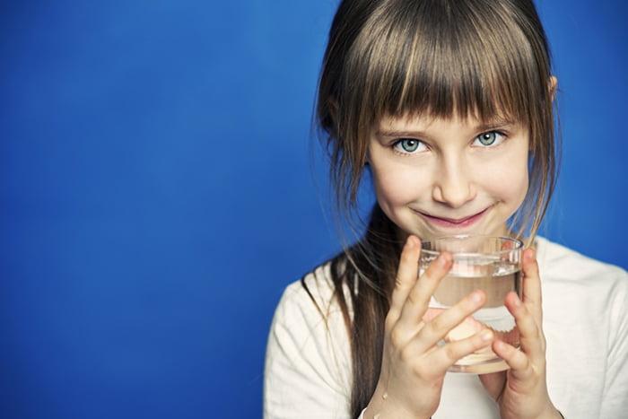Девочка со стаканом воды