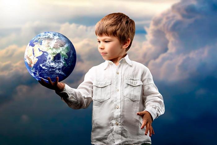 Ребенок с макетом Земли