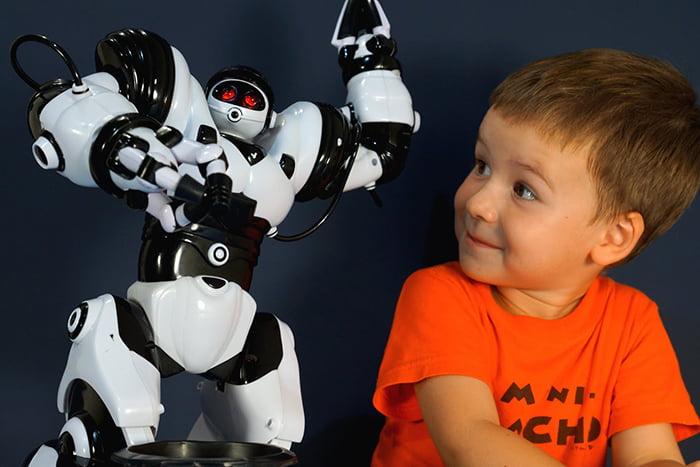Четырехлетний мальчик с роботом